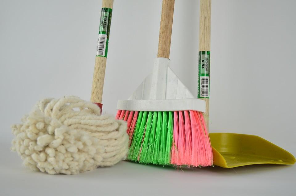 Ugodni čistilni servis, hitri čistilni servis, generalno čiščenje poslovnih prostorov, nanašanje premazov na parket, odstranjevanje starih premazov parketa 003