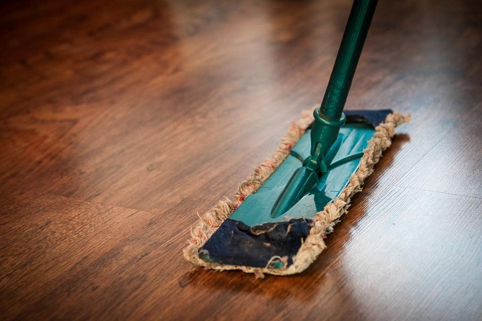 Ugodni čistilni servis, hitri čistilni servis, generalno čiščenje poslovnih prostorov, nanašanje premazov na parket, odstranjevanje starih premazov parketa 005